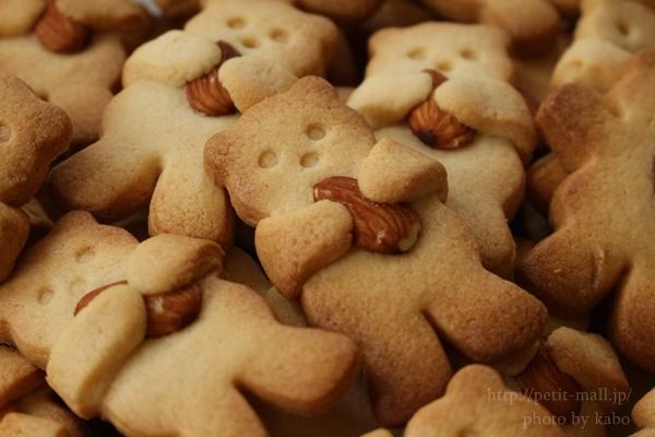 ナッツを抱っこするクマのクッキー