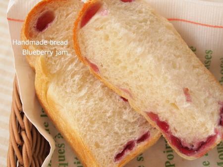 ブルーベリーの粒ジャムパン